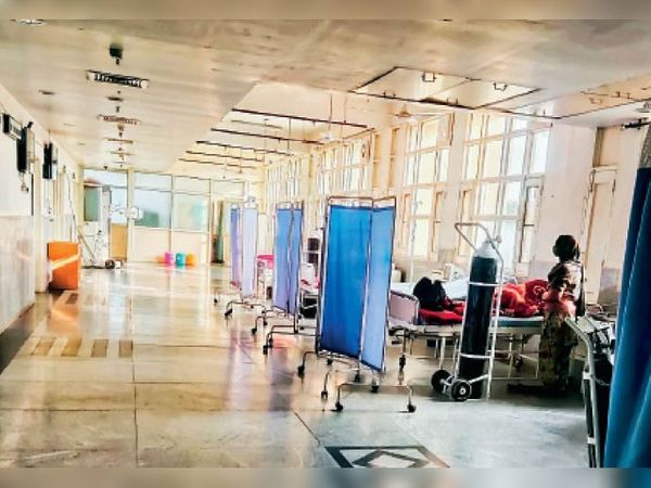 सामान्य अस्पताल के कोविड वार्ड में भर्ती मरीज। - Dainik Bhaskar