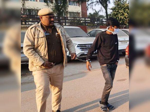 जीरकपुर पुलिस की हिरासत में हथकड़ी में जकड़ा चंडीगढ़ की मिलक कॉलोनी धनास का विकास राणा उर्फ काकू। यह रात में एयरफोर्स स्टेशन के पाबंदीशुदा जोन में घुस गया था। - Dainik Bhaskar