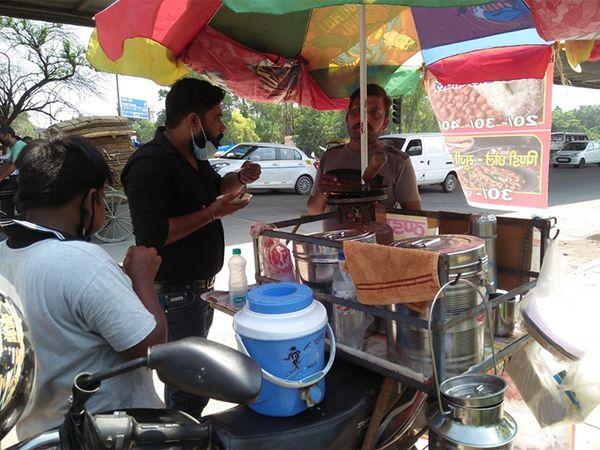 रेस्टोरेंट बंद होने के बाद दीपक इस तरह बाइक पर छोले-कुल्चे बेच रहे हैं। इस प्रयोग को मिली कामयाबी से दीपक खुश भी हैं। - Dainik Bhaskar