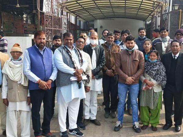 केंद्रीय राज्यमंत्री गुर्जर के सेक्टर-28 स्थित आवास पर मिलने पहुंचे निकिता के पिता मूलचंद तोमर और मामा हुकुम सिंह रावत ने बताया कि सरकार ने उनके साथ धोखा किया है। - Dainik Bhaskar