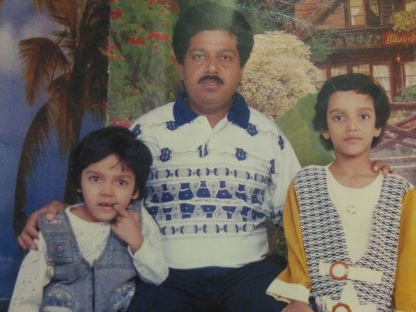 फोटो में अर्शी (लेफ्ट) अपने पापा और बड़ी बहन के साथ हैं। पापा की डेथ के बाद अर्शी के जीवन में काफी उतार-चढ़ाव आए।