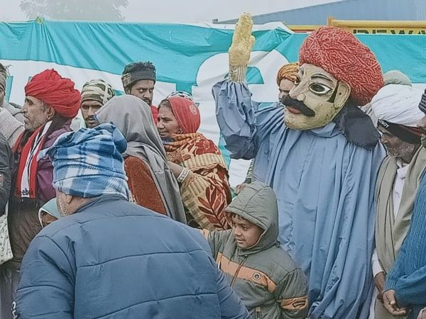 सभा के दौरान कठपुतली से किसानों का मनोरंजन।