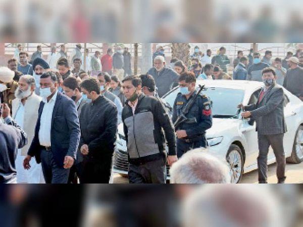 अम्बाला   कैंट के नेताजी सुभाष पार्क में चल रहे निर्माण कार्य का निरीक्षण करते मंत्री अनिल विज। - Dainik Bhaskar