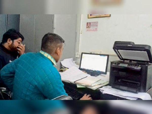 करनाल. निगम कार्यालय में ट्रेड लाइसेंस का रिकॉर्ड चेक करते कर्मचारी। - Dainik Bhaskar