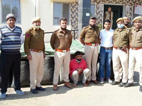 पुलिस गिरफ्त में आरोपी ट्रक ड्राइवर। - Dainik Bhaskar