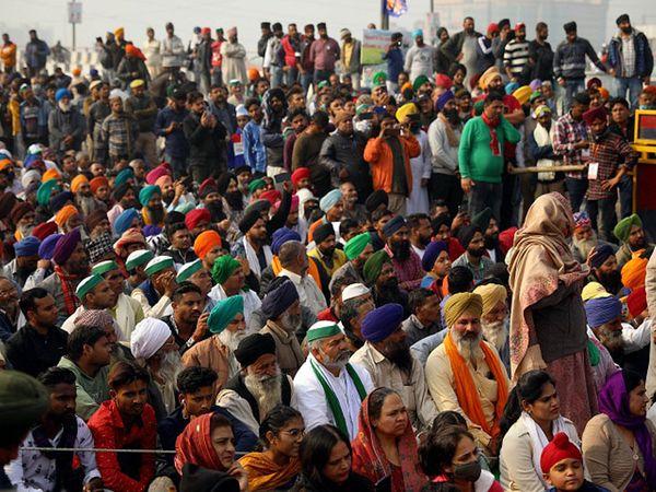 दिल्ली बॉर्डर पर जारी धरने में शमिल किसान संगठनों से जुड़े लोग। सरकार के साथ 11वीं बार बैठक होने के बावजूद कोई हल नहीं निकलता नजर आ रहा। - Dainik Bhaskar