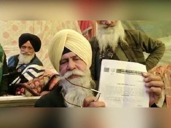 सोनीपत के कुंडली बॉर्डर के धरने पर भाजपा की तरफ से मिली चिट्ठी दिखाते किसान नेता बलदेव सिंह सिरसा।