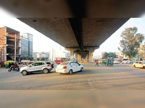 लोहगढ़ अंडरपास पर रोजाना हादसे हो रहे हैं। - Dainik Bhaskar