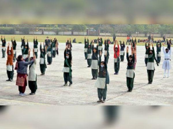 गणतंत्र दिवस की तैयारियों में लगे स्टूडेंट्स। - Dainik Bhaskar