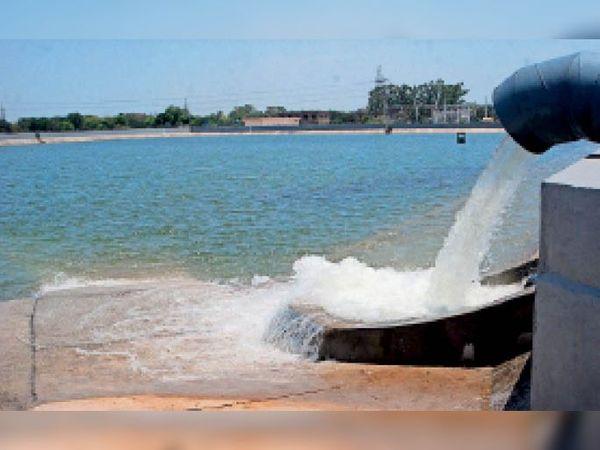 सेक्टर-एक में बना कजौली से आ रहे पानी का तालाब। - Dainik Bhaskar