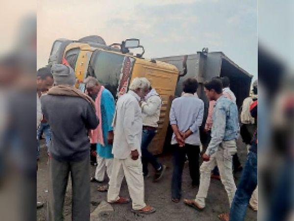 साेडलपुर। दुर्घटनाग्रस्त डंपर के पास लगी लाेगाें की भीड़। इनसेट मृतक भगवानदास। - Dainik Bhaskar