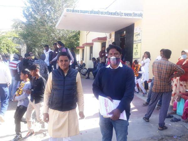 परबतसर में चुनाव चिन्ह आंवटित करने के दिन एसडीएम कोर्ट पहुंचे प्रत्याक्षी व समर्थक। - Dainik Bhaskar