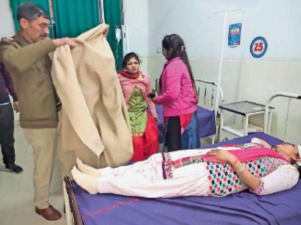 असंध. बाइक सवार बदमाशों द्वारा लाठी डंडों से हमला कर घायल की महिला को उपचार के लिए करवाया भर्ती। मौके पर उपस्थित पुलिस। - Dainik Bhaskar