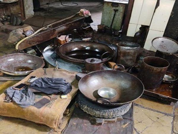 तीन दिन पहले प्रशासन की टीम ने फैक्ट्री में दबिश देकर सामान जब्त किया था। - Dainik Bhaskar