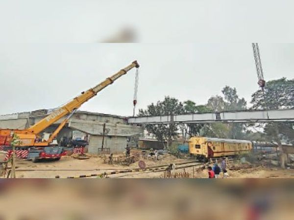 हिसार   सेक्टर 16-17 फाटक पर निर्माणाधीन ओवरब्रिज के रेलवे ट्रैक के ऊपर के हिस्से पर क्रेन की मदद से भारी भरकम गार्डर रखते हुए। - Dainik Bhaskar