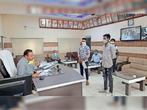 सोनीपत. कॉलेज में दाखिला प्रक्रिया के लिए पहुंचे विद्यार्थी। - Dainik Bhaskar