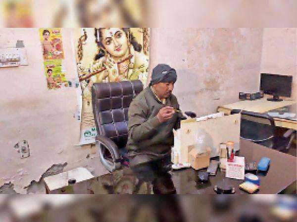 करनाल. तिजौरी से पैसे चोरी होने पर एसएफएल की टीम के सदस्य जांच करते हुए। - Dainik Bhaskar