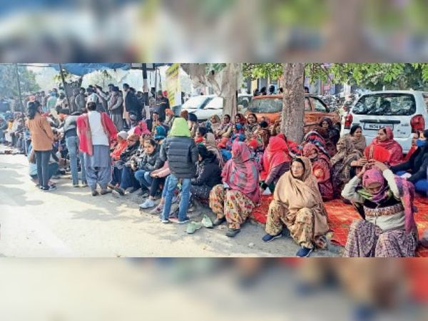 पार्षद की गिरफ्तारी के विरोध में धरने पर बैठे लोग। दूसरी तरफ लघु सचिवालय पर तैनात पुलिस।(इनसेट में) - Dainik Bhaskar