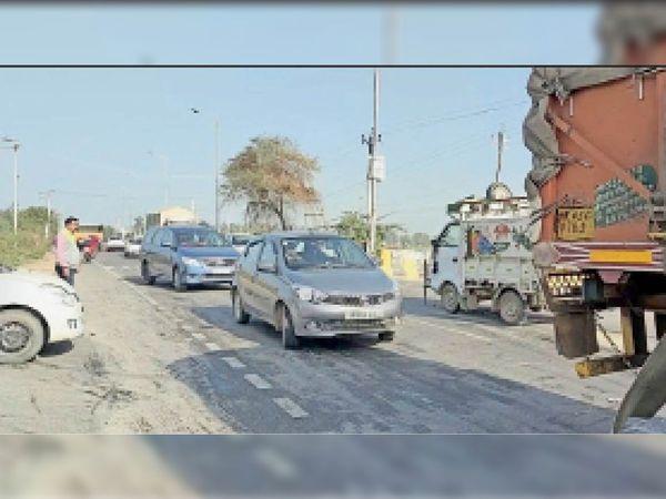 मलिकपुर रोड के पास बाईपास से गुजरते वाहन। - Dainik Bhaskar