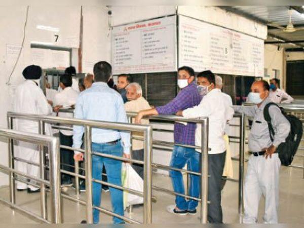 करनाल. नगर निगम कार्यालय में प्रॉपर्टी टैक्स भरते हुए व्यक्ति। - Dainik Bhaskar