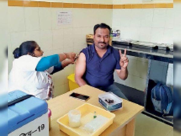 वैक्सीन लगवाते कर्मचारी - Dainik Bhaskar