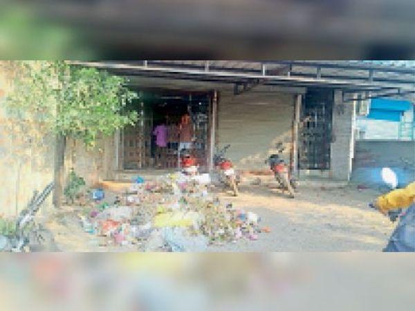 मानपुर. बैंक के सामने इस तरह कचरा डाला गया। - Dainik Bhaskar