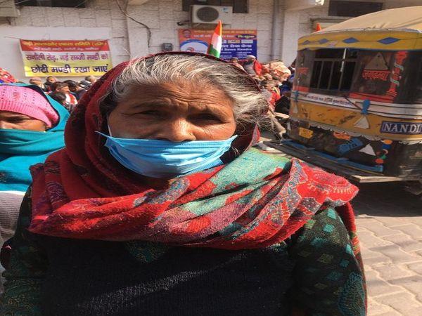 पानीपत में सब्जी बेचने वाली बुजुर्ग महिला बाला।