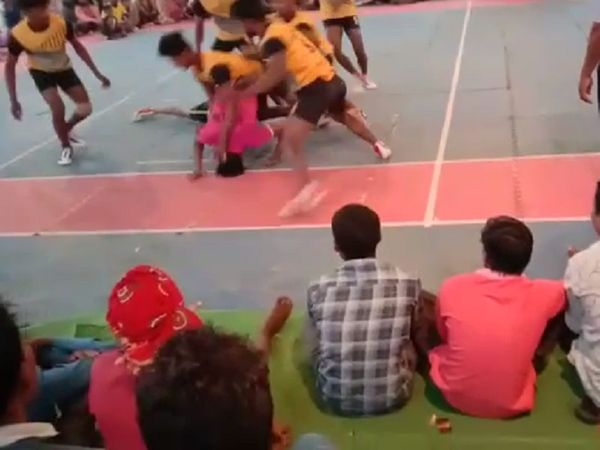 नरेंद्र लहराता हुआ नीचे गिर पड़ा। जिस पर पटेवा के खिलाड़ियों ने उसे दबोच लिया।