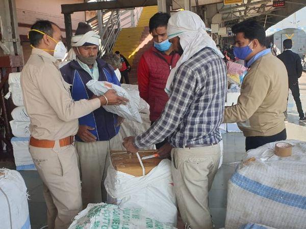 कोटा रेलवे स्टेशन पर पार्सल कार्यालत में कर चोरी की आशंका ,जीएसटी विभाग ने छापामारा - Dainik Bhaskar