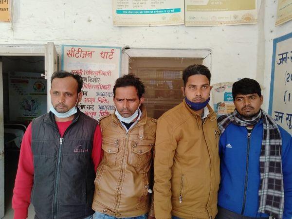यूपी में पुलिस ने नोएडा में छापेमारी के दौरान मिलावटी शराब बनाने वाले एक गिरोह के चार लोगों को पुलिस ने पकड़ लिया जबकि 6 लोग फरार होने में कामयाब हो गए। - Dainik Bhaskar
