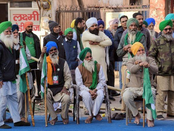 टीकरी बॉर्डर पर गुरुवार को संयुक्त किसान मोर्चा की बैठक हुई। इस दौरान आंदोलन में शामिल सभी किसान संगठनों के नेता मौजूद रहे। - Dainik Bhaskar