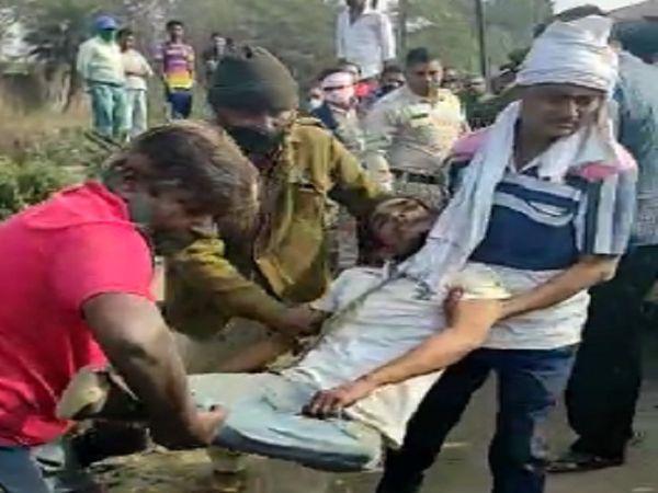 तस्वीर सोनडोंगरी नाले के पास की है। ऑटो चालकों की मदद से पुलिस ने शव को अस्पताल पोस्टमार्टम के लिए भेजा। - Dainik Bhaskar