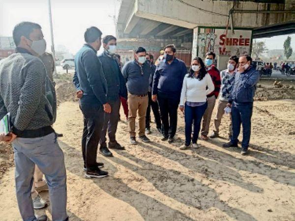 करनाल. स्मार्ट सिटी के तहत विकास कार्याें को लेकर अधिकारियों को निर्देश देते हुए डीसी। - Dainik Bhaskar
