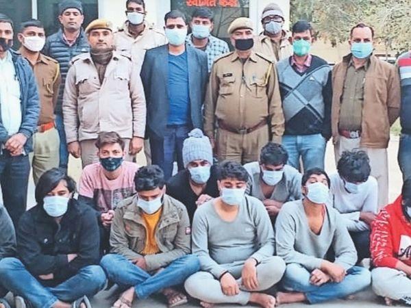 गिरफ्तार किए गए ऑनलाइन ठगी के आरोपी। - Dainik Bhaskar