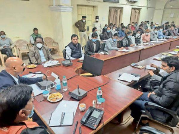 अफसरों के साथ बैठक करते सूचना आयुक्त राहुल सिंह। - Dainik Bhaskar