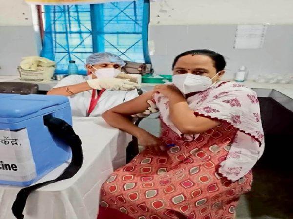 छैगांवमाखन टीकाकरण केंद्र में वैक्सीन लगवाते हेल्थ स्टाफ। - Dainik Bhaskar