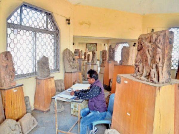 संग्रहालय की मूर्तियों की गिनती कर रिकार्ड बनाते विभाग के कर्मचारी। - Dainik Bhaskar