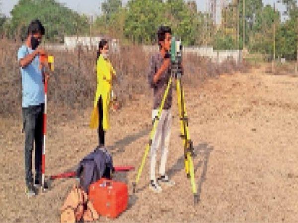 मैदान के लिए चयनित जमीन का सर्वे करती पुलिस हाउसिंग की आर्किटेक्ट टीम। - Dainik Bhaskar