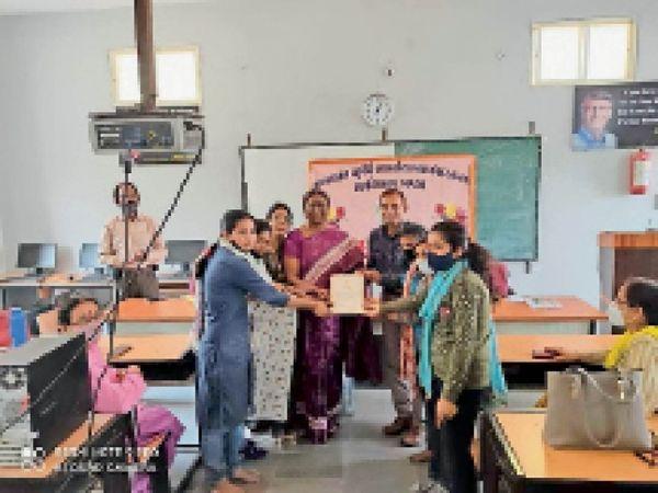कॉलेज प्राचार्य को प्रशंसा पत्र भेंट करते जिला सैनिक कल्याण अधिकारी। - Dainik Bhaskar