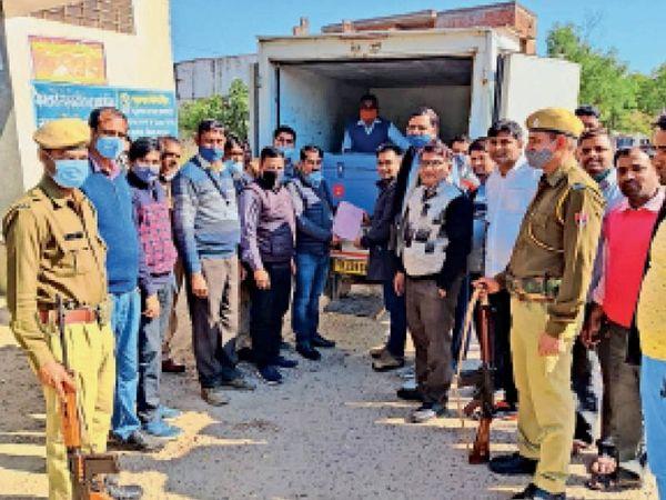 दौसा| पुलिस पहरे में जयपुर से जिला अस्पताल में पहुंची कोरोना वैक्शीन की दूसरी खेप। - Dainik Bhaskar