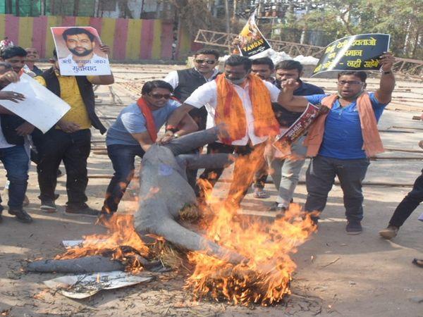 तस्वीर रायपुर की है। भाजयुमो के नेताओं ने दावा किया कि इस वेब सिरीज के मेकर्स पर कड़ी कार्रवाई नहीं हुई तो देशभर में हालात बिगड़ेंगे। - Dainik Bhaskar