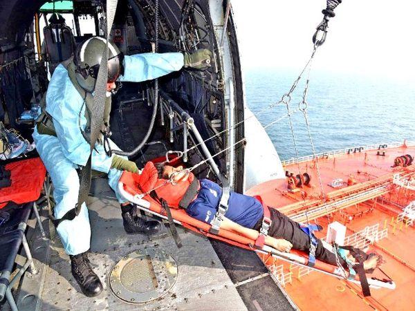 नौसेना के जवान मरीज को दो बार हेलिकॉप्टर में खींचने में नाकाम रहे, लेकिन तीसरी बार में उसे टो कर लिया गया। - Dainik Bhaskar