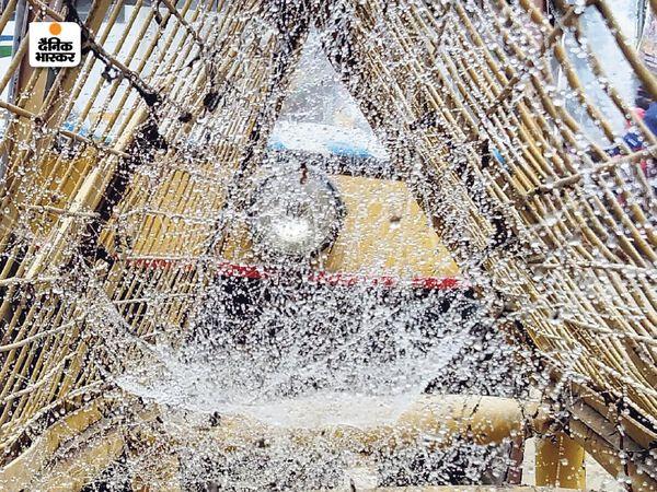 फोटो श्रीगंगानगर की है। बैरिकेड्स पर बुधवार सुबह ओस की बूंदें जम गईं।