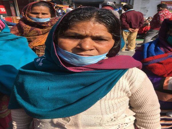 छोटे बच्चों का पेट भरने और पढ़ाने के लिए सब्जी बेचती हैं सुनीता।