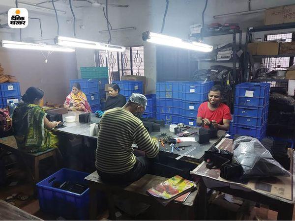 ये बिमल की कोलकाता स्थित फैक्ट्री है। इस फैक्ट्री में 20 से 25 के बीच वर्कर काम करते हैं।