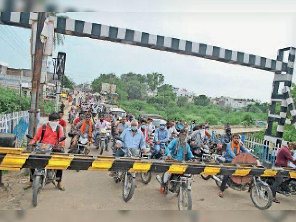 बारां. शहर की झालावाड़ रोड रेलवे फाटक पर हर दिन लोगों को घंटों जाम की समस्या का सामना करना पड़ता है। - Dainik Bhaskar