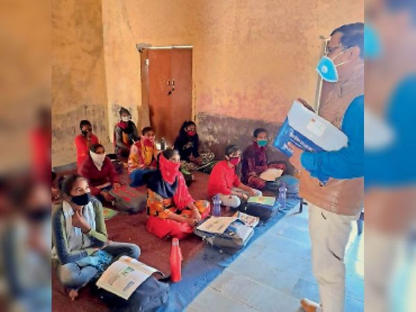 बारां. स्कूल का निरीक्षण करते मुख्य ब्लॉक शिक्षा अधिकारी। - Dainik Bhaskar