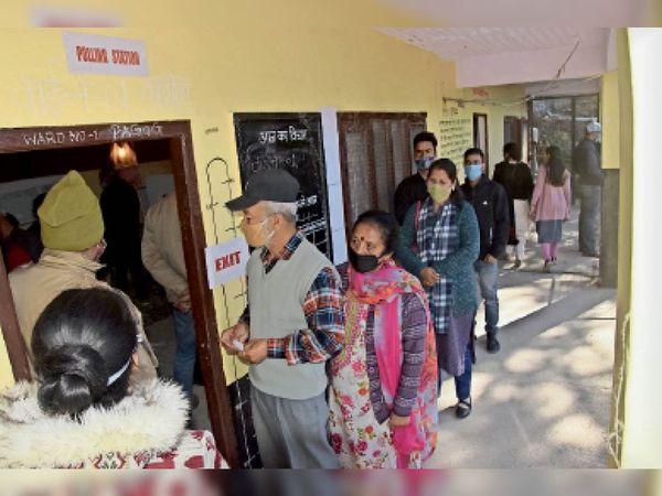जिले की पगोग पंचायत में वोट डालने के लिए खड़े लोग। जिलाभर में अंतिम चरण में बंपर मतदान हुआ है। - Dainik Bhaskar