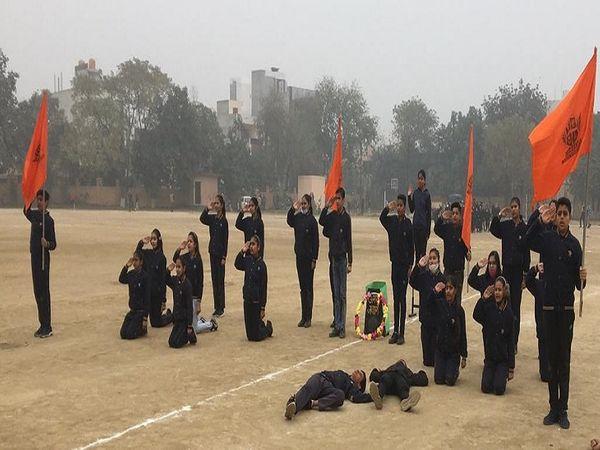 गणतंत्र दिवस पर होने वाले कार्यक्रम की तैयारी करते स्कूली बच्चे। - Dainik Bhaskar