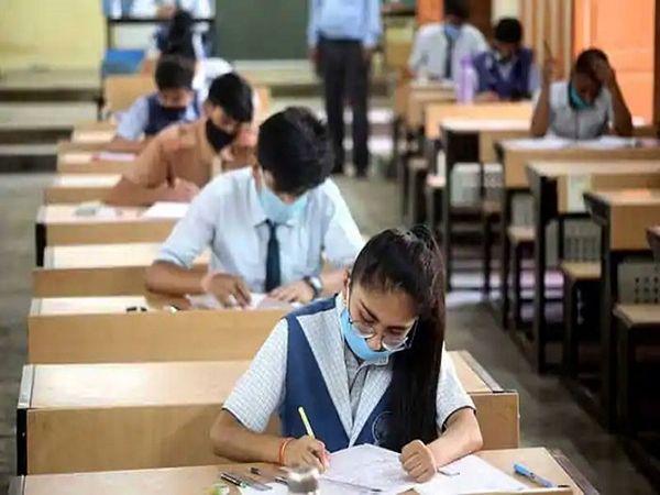 इस परीक्षा में भी विद्यार्थियों को शारीरिक दूरी और मास्क के नियमों का कड़ाई से पालन करना होगा। स्कूलों से दूर-दूर बैठक व्यवस्था करने के निर्देश दिए गए हैं। - Dainik Bhaskar